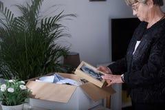 Bejaarde die oud beeld houden Stock Fotografie