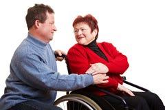 Bejaarde die voor vrouw geeft Stock Foto's