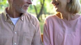 Bejaarde echtgenoot en vrouw die elkaar, veilige pensionering, sociale steun glimlachen royalty-vrije stock fotografie
