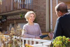 Bejaarde echtgenoten in terras Stock Fotografie