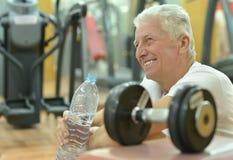 Bejaarde in een gymnastiek Royalty-vrije Stock Foto