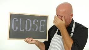 Bejaarde en betroffen werknemer kijken die die met dicht in hand bericht wordt teleurgesteld stock footage