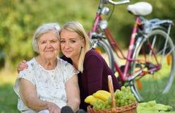 Bejaarde en jonge vrouw royalty-vrije stock foto's