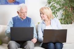 Bejaarde en laptop Royalty-vrije Stock Afbeelding