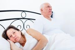 Bejaarde en vrouw die hun verhoudingen regelen stock afbeeldingen