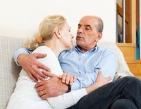 Bejaarde familie die met liefde en het zitten flirten Royalty-vrije Stock Foto's