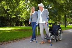 Bejaarde in fysiotherapie stock fotografie