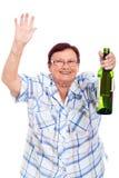 Bejaarde gedronken vrouw met fles alcohol stock foto
