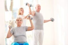 Bejaarde geduldige opleiding in revalidatiecentrum royalty-vrije stock afbeelding