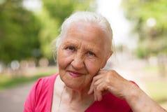 Bejaarde glimlachende vrouw Stock Afbeeldingen