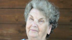 Bejaarde grootmoeder en gevoel stock videobeelden