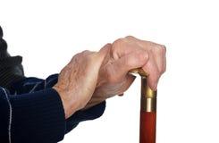 Bejaarde handen die op stok rusten Royalty-vrije Stock Foto's
