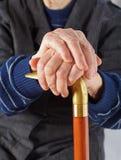 Bejaarde handen die op stok rusten Royalty-vrije Stock Fotografie