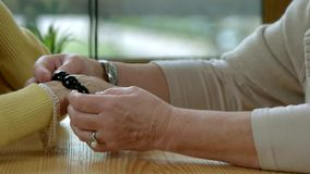 Bejaarde handen met juwelen stock footage