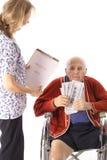 Bejaarde handicapoudste die medische rekening betaalt Royalty-vrije Stock Fotografie