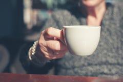Bejaarde het drinken koffie buiten Stock Foto