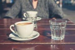 Bejaarde het drinken koffie buiten Stock Afbeelding