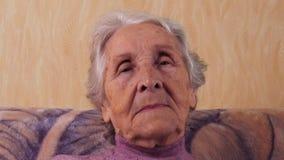 Bejaarde het knipperen De close-up van het gezicht stock footage
