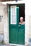 Bejaarde in het venster Stock Foto