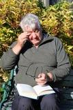 Bejaarde iets in zijn oog. Royalty-vrije Stock Afbeelding