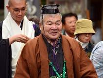 Bejaarde Japanse mens in formele Shinto-priesterkledij stock fotografie