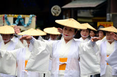 Bejaarde Japanse volksdansers in traditionele kleren Royalty-vrije Stock Foto's