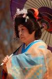Bejaarde Japanse vrouw met een paraplu stock foto