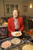 Bejaarde Kaukasische vrouw in buffetlijn. Royalty-vrije Stock Fotografie