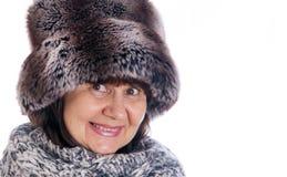 Bejaarde knappe vrouw in de hoed van de de winterspar en wolsjaal De wintertoebehoren Stock Afbeeldingen