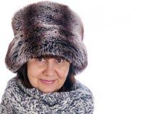 Bejaarde knappe vrouw in de hoed van de de winterspar en wolsjaal De wintertoebehoren Stock Fotografie