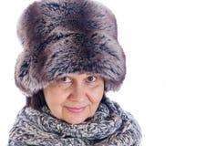 Bejaarde knappe vrouw in de hoed van de de winterspar en wolsjaal De wintertoebehoren Royalty-vrije Stock Afbeeldingen