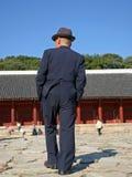 Bejaarde in kostuum Royalty-vrije Stock Foto's