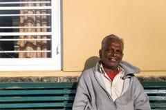Bejaarde lokale mens die op trein bij Nanu Oya-station wachten Stock Foto's