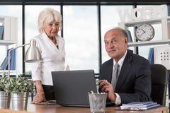 Bejaarde mensen op het werk stock afbeeldingen