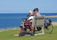 Bejaarde mensen op vakantie Stock Foto