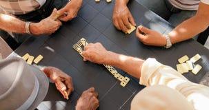 Bejaarde Mensen Oude Mensen die Domino voor Pret spelen royalty-vrije stock afbeelding