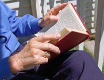 Bejaarde met boek stock afbeeldingen