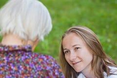 Bejaarde met de jonge arts stock afbeelding