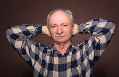 Bejaarde met ernstige uitdrukking Stock Foto