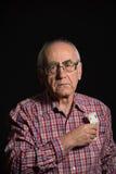 Bejaarde met geld stock foto's