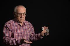 Bejaarde met geld royalty-vrije stock afbeelding
