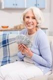 Bejaarde met geld royalty-vrije stock fotografie