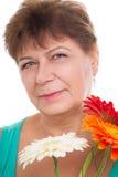 Bejaarde met gerberas royalty-vrije stock afbeelding