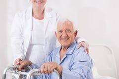 Bejaarde met handicap Royalty-vrije Stock Afbeeldingen