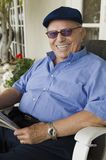 Bejaarde met Krant Royalty-vrije Stock Foto's