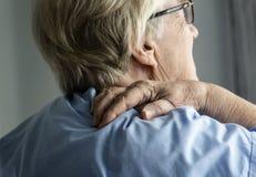 Bejaarde met rugpijn stock fotografie