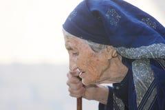 Bejaarde met stok Stock Foto