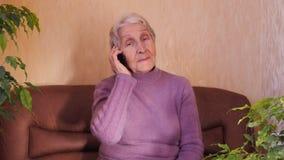Bejaarde met telefoon stock videobeelden