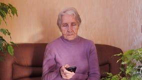 Bejaarde met telefoon stock video