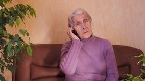 Bejaarde met telefoon stock footage